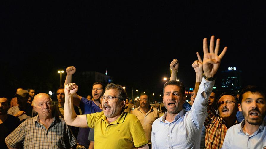Турските въоръжени сили заявиха, че са взели властта в страната, за да опазят демократичния ред и човешките права