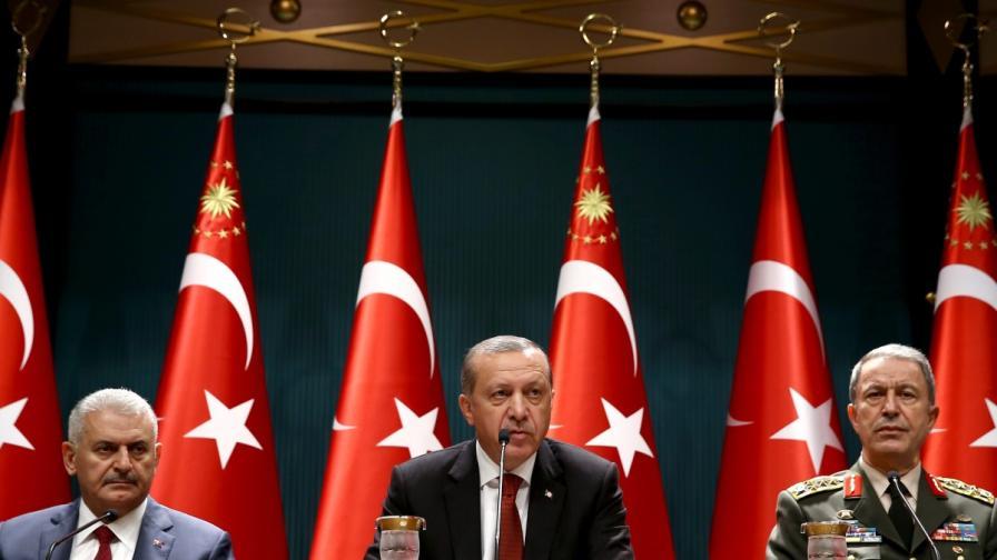 Президентът Ердоган (в средата) с премиера Бинали Йълдъръм (вляво) и шефа на генералния щаб на турската армия генерел Хулуши Акар (вдясно)