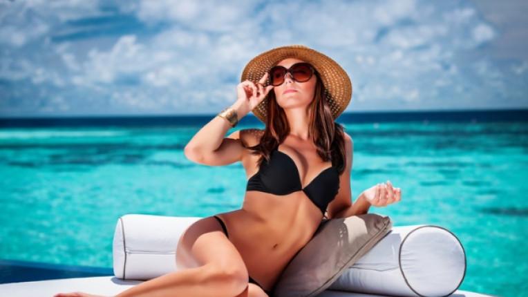 плаж жена лято бански шапка очила