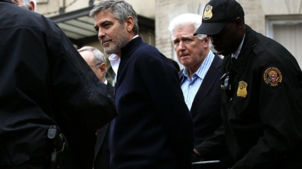 Джордж Клуни в момента на арестуването му