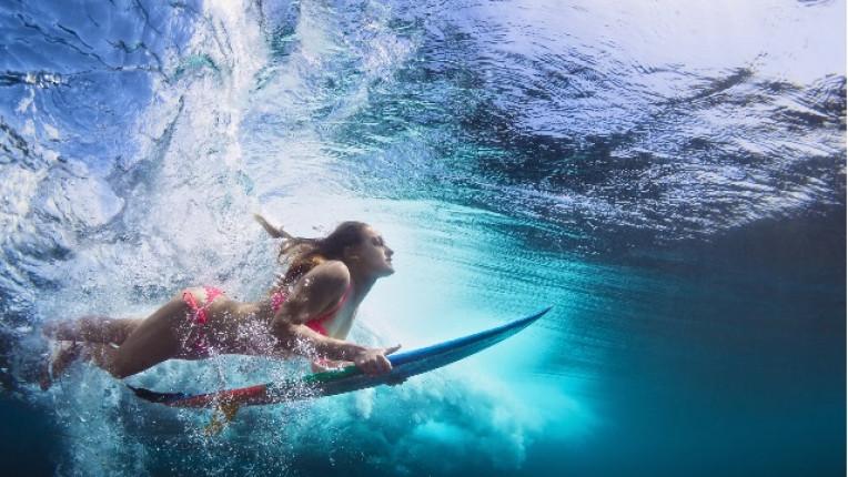 жена море сърф