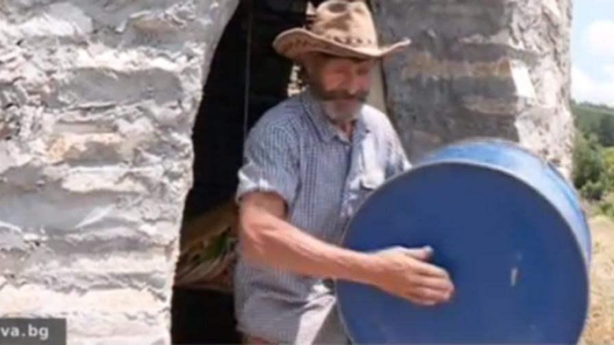 Мъж живее в каменна къща-бъчва в планината