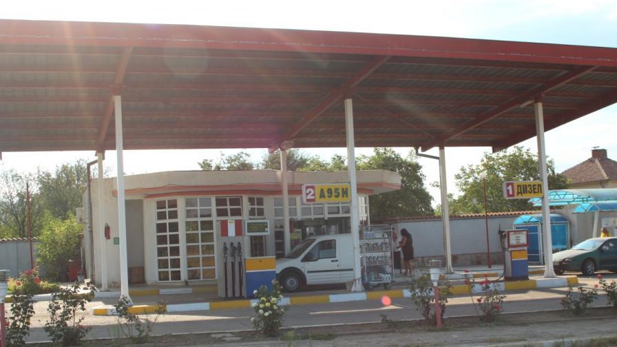 Въоръжени мотористи ограбиха бензиностанция