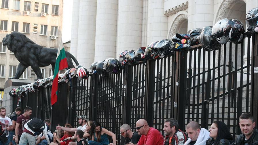 Къде скрихте Фарук Бакташ, питат рокери на протест пред турското посолство и Съдебната палата