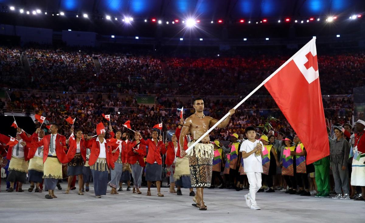 """Знаменосецът на олимпийския отбор на островното кралство Тонга се превърна в интернет сензация след откриването на Олимпийските игри в Рио. Повод за това стана появяването му без горна дреха на Парада на нациите в рамките на церемонията на стадион """"Маракана""""."""
