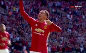 Играч на Манчестър Юнайтед празнува трофея от Лига Европа в Дубай