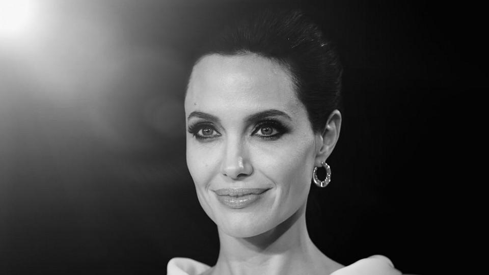 "Анджелина за развода си: ""Беше тежко, плачех тайно под душа, но никога пред децата"""