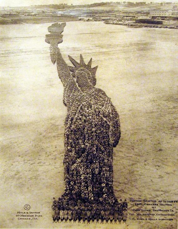 """- """"Човешката Статуя на свободата"""""""