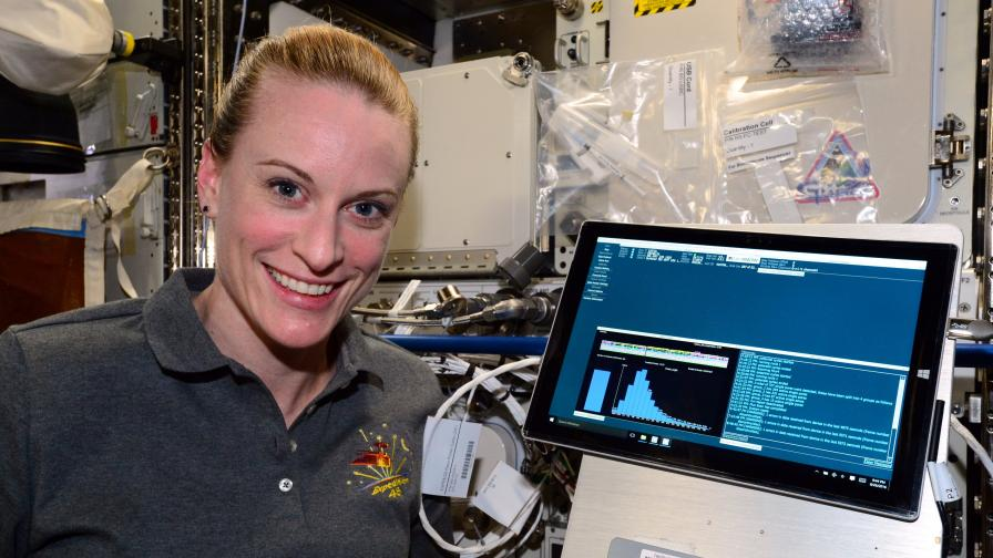 Астронавтът Кейт Рубинс и апаратурата за секвениране на ДНК на борда на МКС