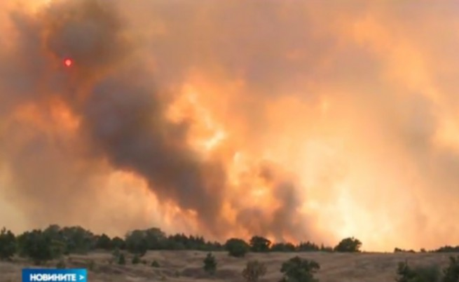Огромен пожар край хасковско село, евакуират хората