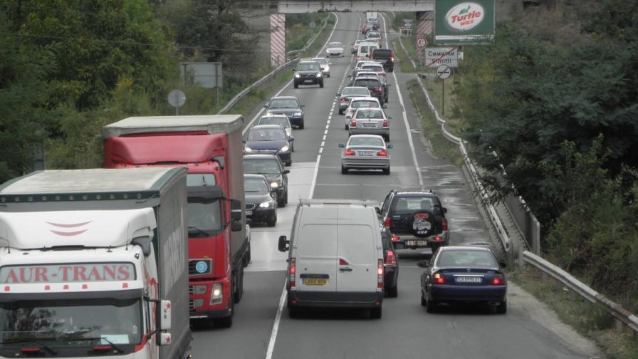 <p><strong>Интензивен трафик</strong> в страната, вижте къде е най-тежко</p>