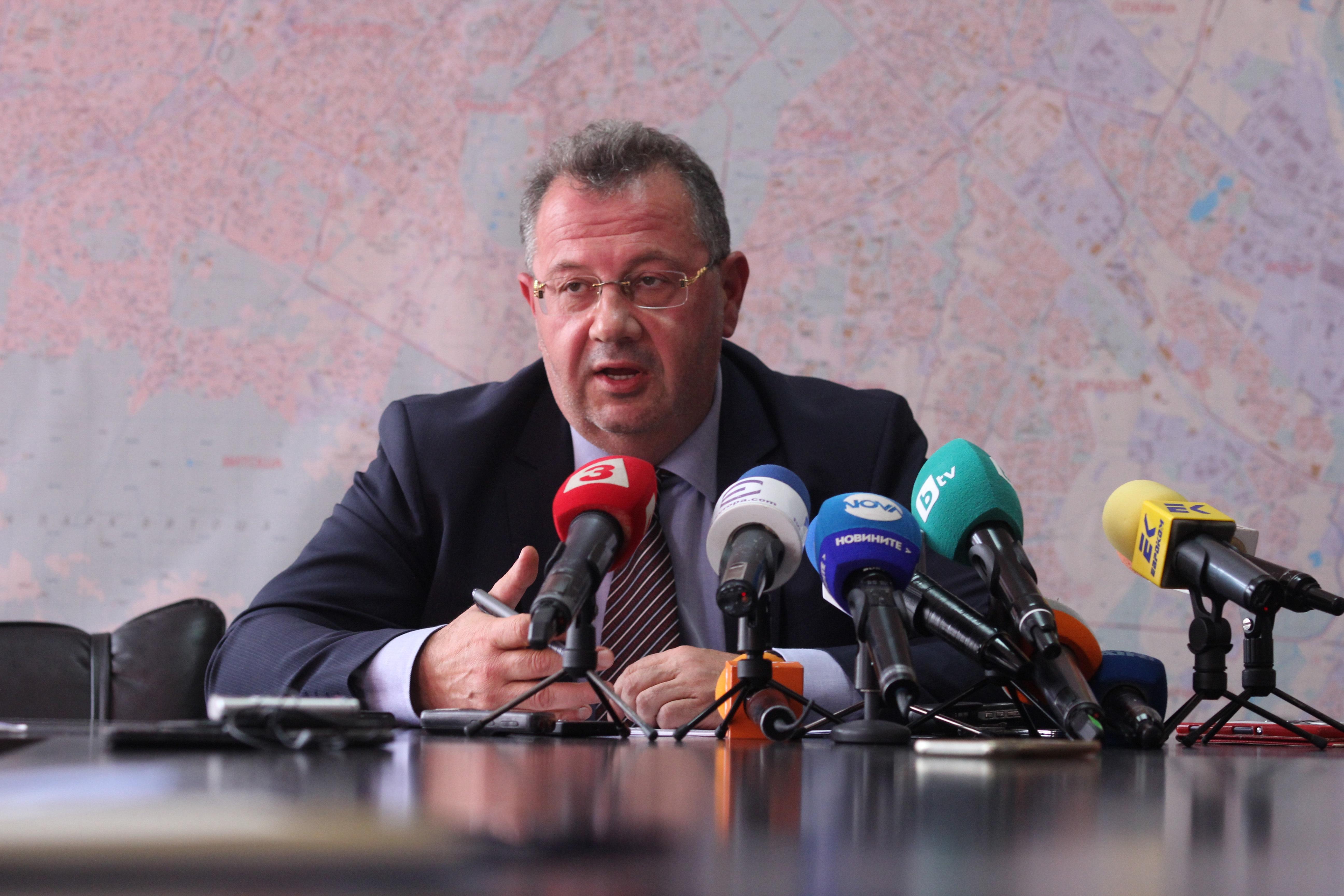 """Веселин Пенев обяснява пред журналисти продажбата на """"царските конюшни"""""""