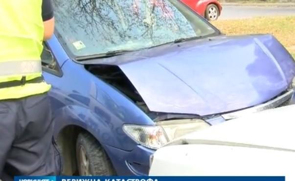 - Непълнолетен младеж без книжка предизвика верижна катастрофа във Велико Търново. Инцидентът стана близо до едно от училищата в града. Момчето...