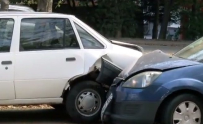Непълнолетен шофьор помля коли до училище навръх празника