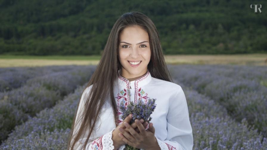Красиви българки показват емблематични места