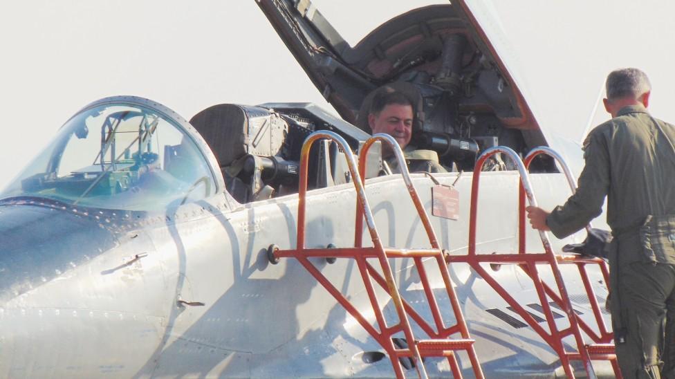 - Министър Николай Ненчев летя на МиГ-29, пилотиран от подполковник Русев – последният полет от седмицата на съвместен Air Policing с американски...