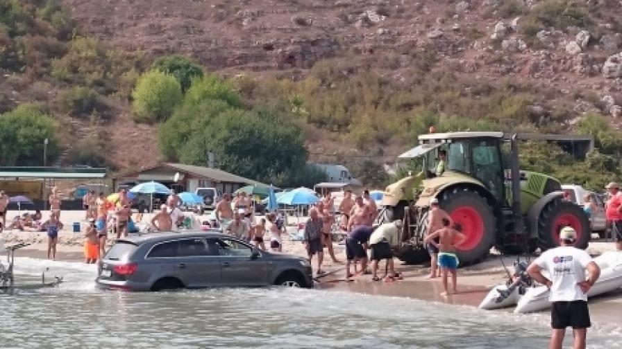Трактор тегли джип, заседнал в морето край Каварна