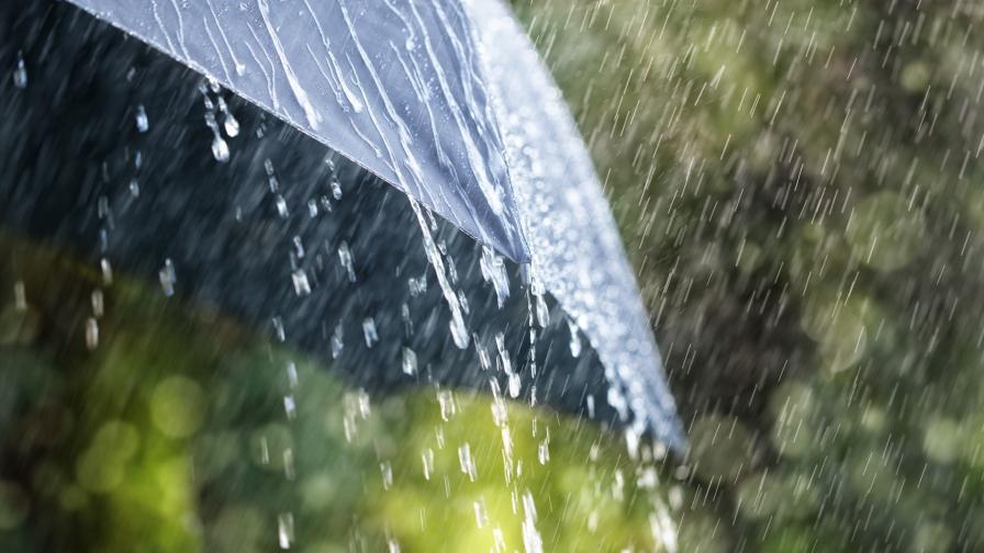 Мощен циклон отлага лятото, опасност от наводнения