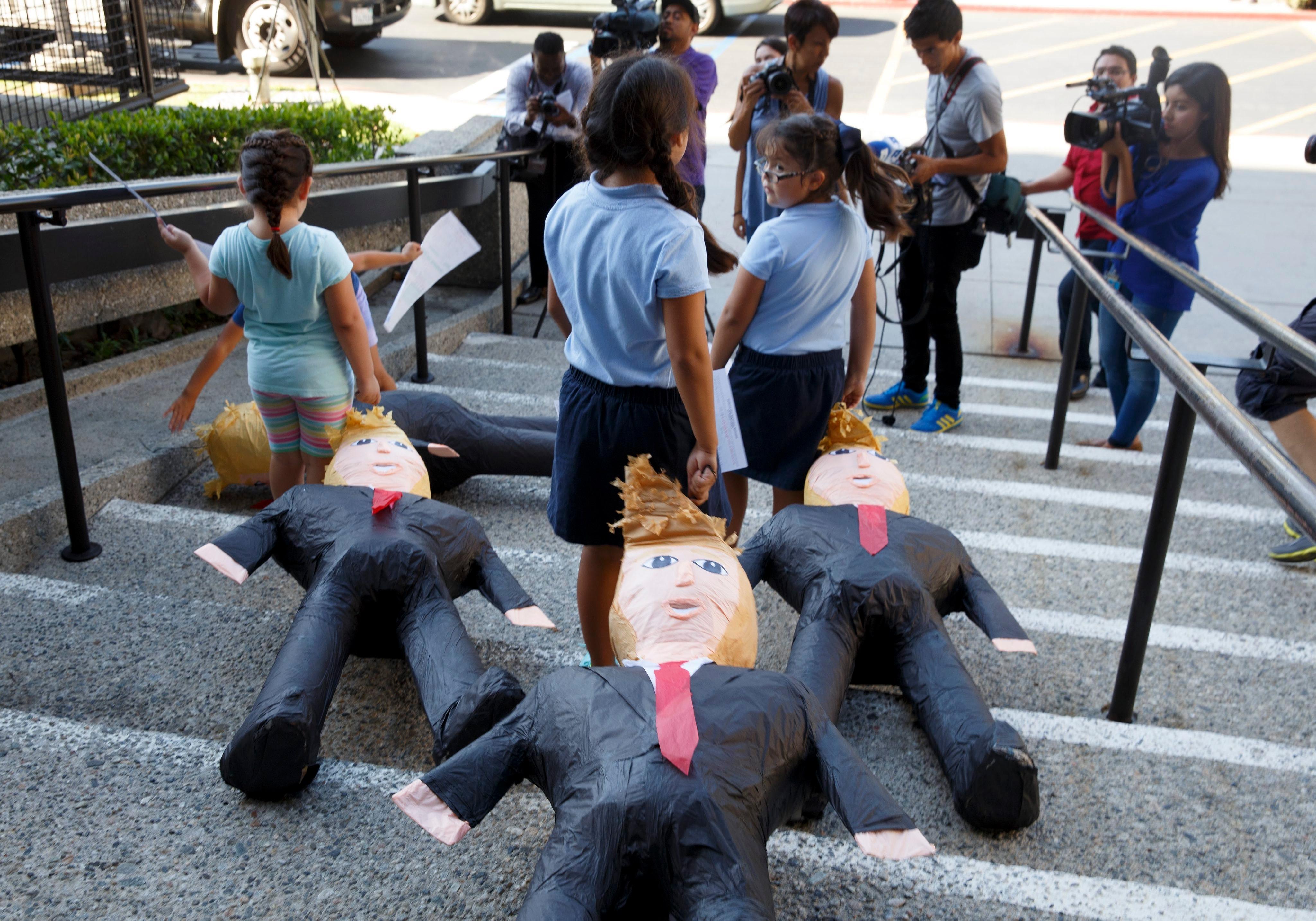 Деца на имигранти в САЩ влачат по стълби кукли на Доналд Тръмп
