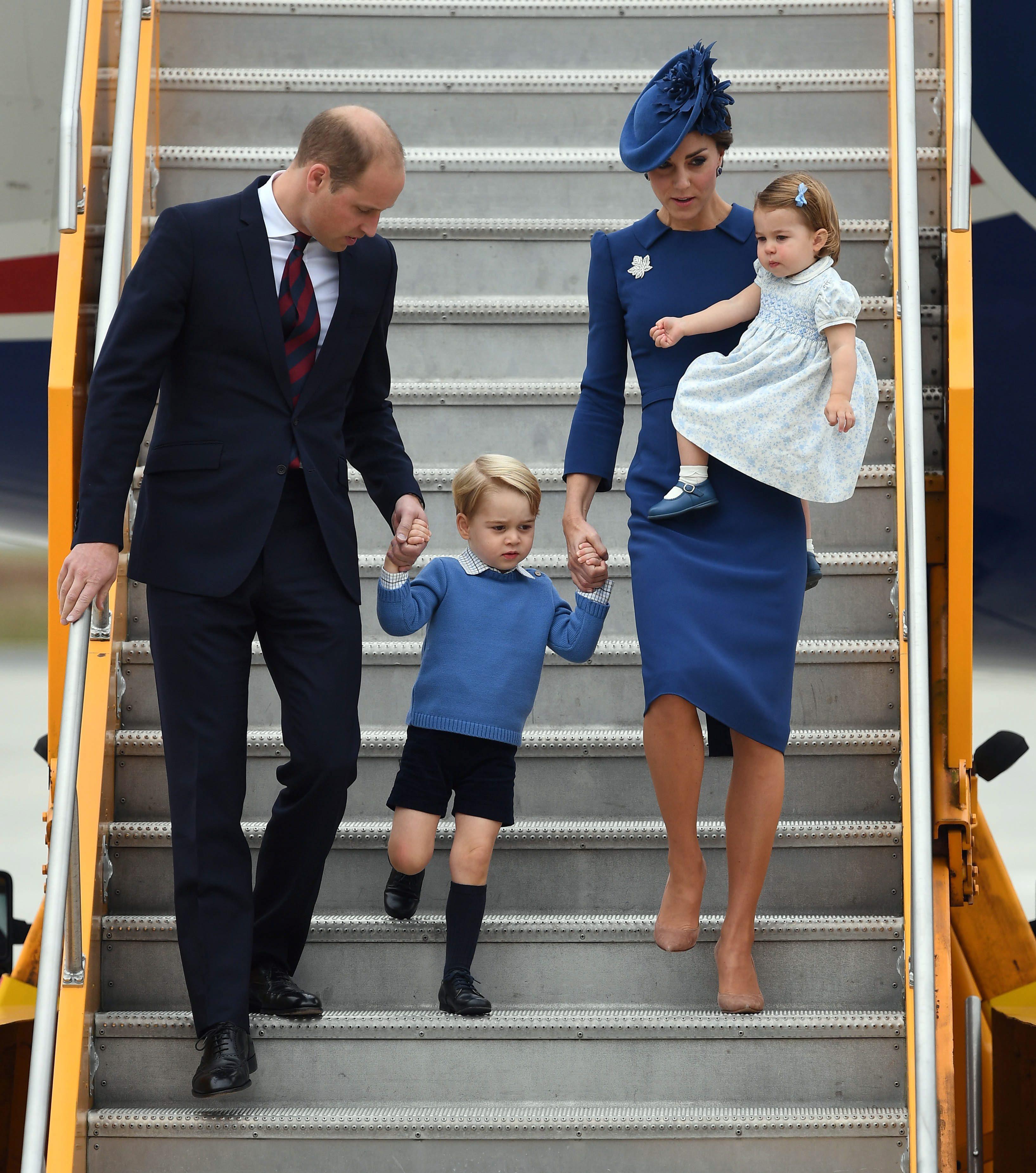 Татко в родилното Кейт нарушава дългогодишна традиция, като настоява принц Уилям да присъства на раждането на сина им Джордж.