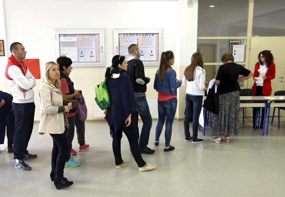 - Босненската Република Сръбска предизвика държавните власти и Запада като гласува в неделя на референдум, забранен от Конституционния съд и порицан от...