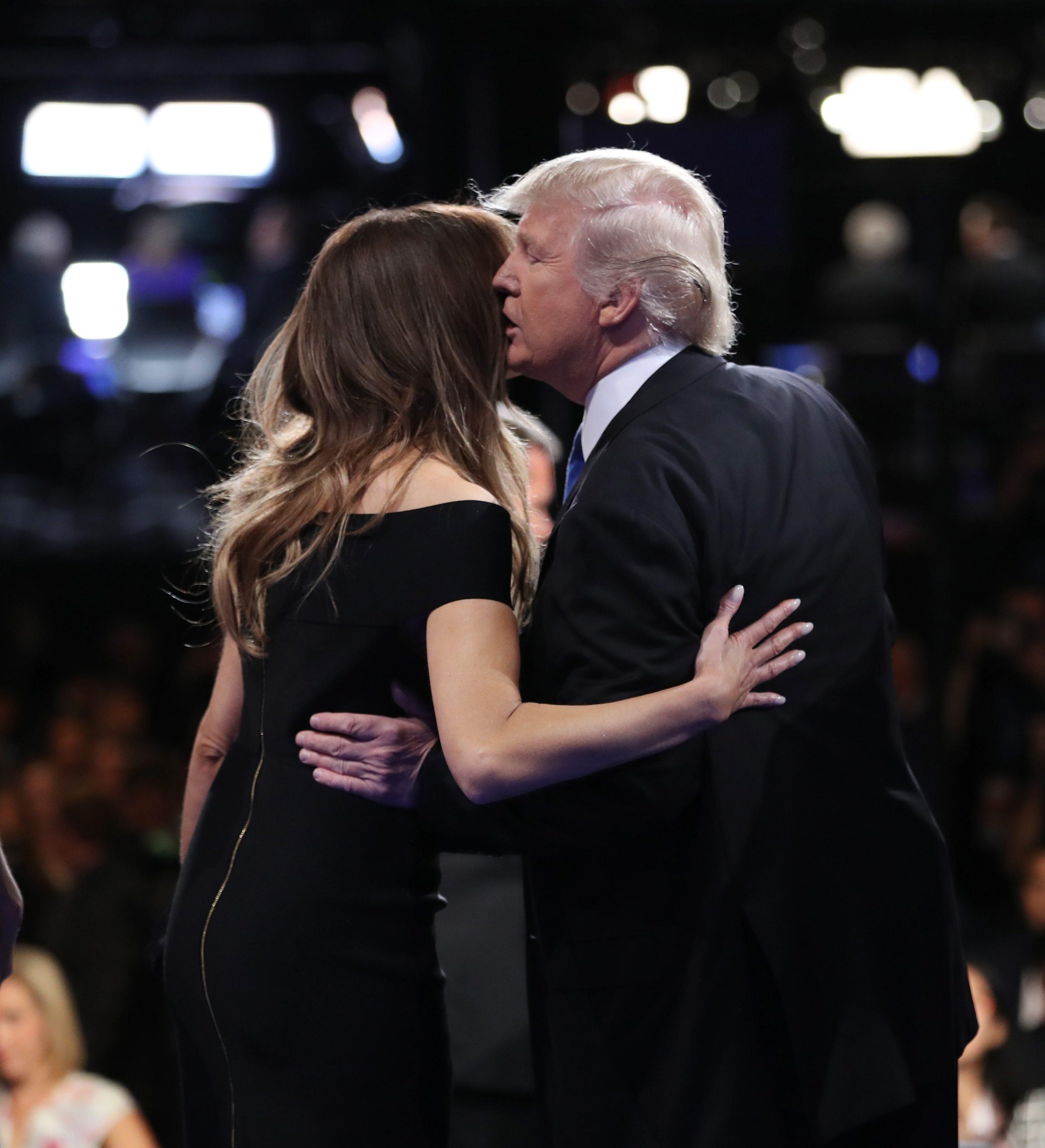 С учтиво ръкостискане започна първият телевизионен дебат по Си Ен Ен между двамата непримирими съперници за поста президент на САЩ. В крайна сметка обаче зрителите дадоха доверието си на Клинтън - според 62 на сто от тях тя е била по-убедителна. Републиканецът спечели 27 на сто одобрение.
