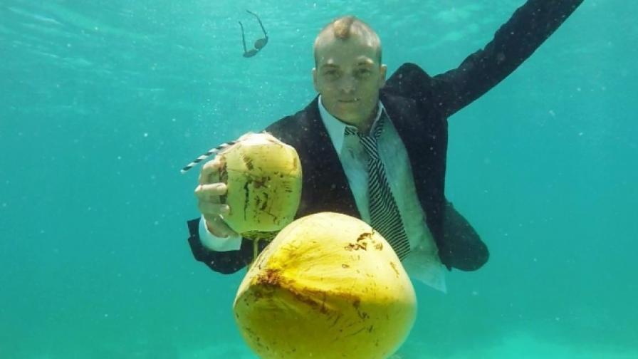 Той събира кокосови орехи, за да преследва вълните