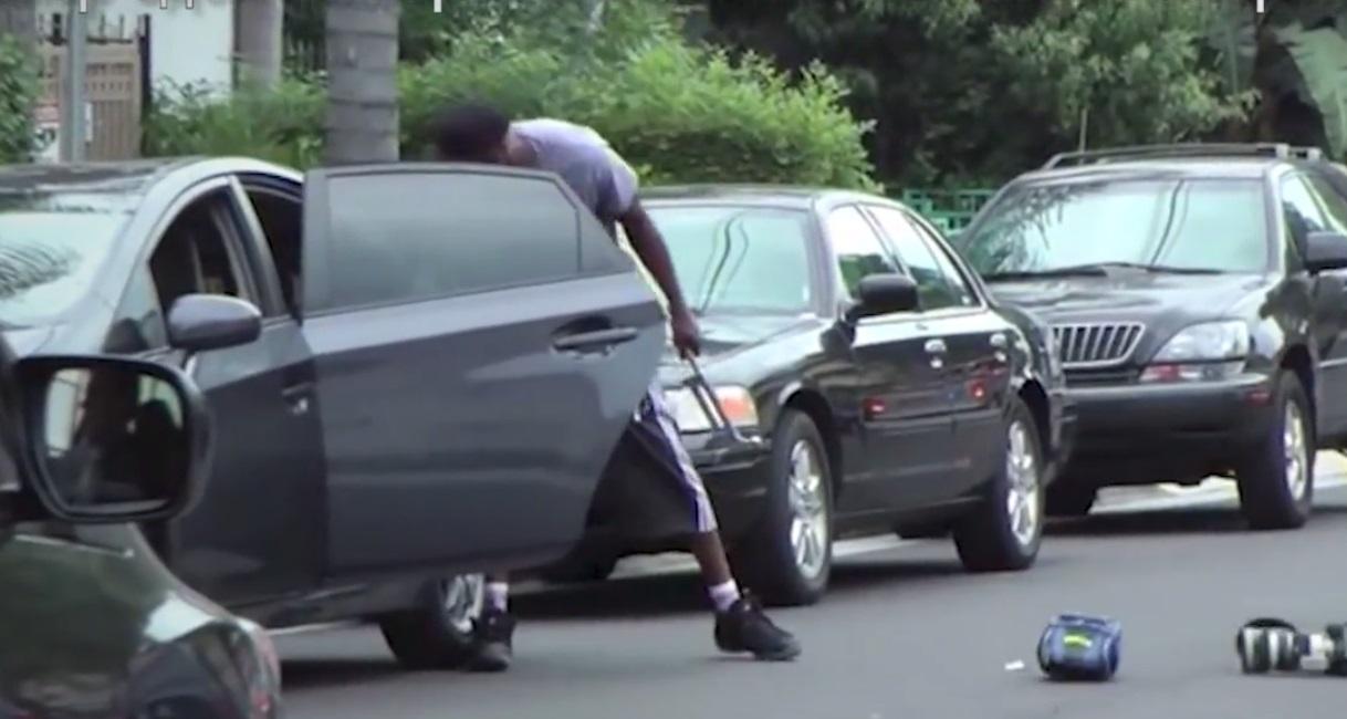 Ламар Одом изхвърля техника на папарак от автомобила му