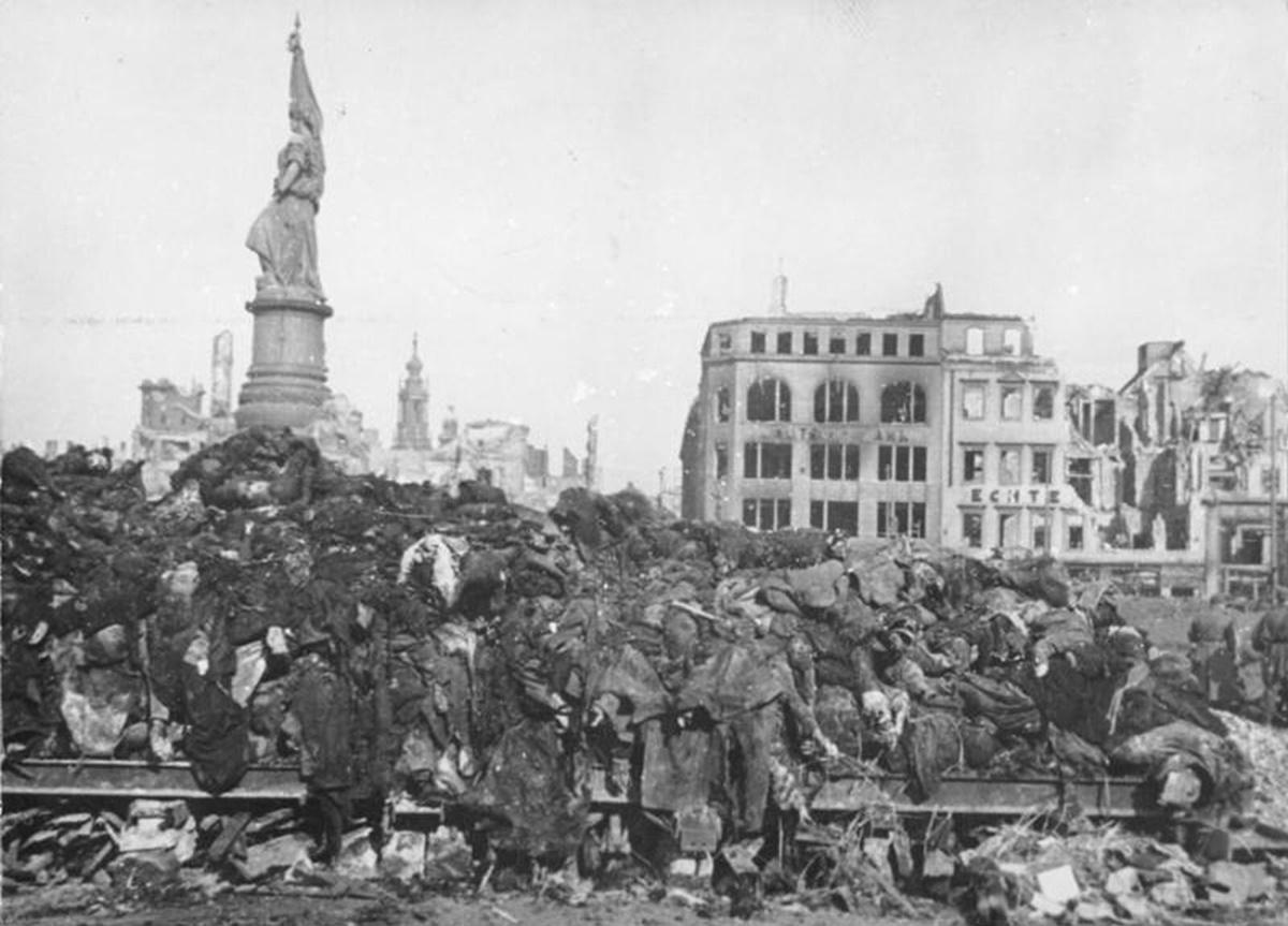 Купчина с тела за кремация след разрушителните бомбардировки над Дрезед през февруари 1945 г.