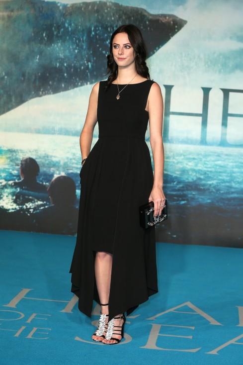 """- В новата част на поредицата """"Карибски пирати: Мъртвите не разказват истории"""" британскат актриса Кая Скоделарио ще изиграе ролята на Карина Смит..."""