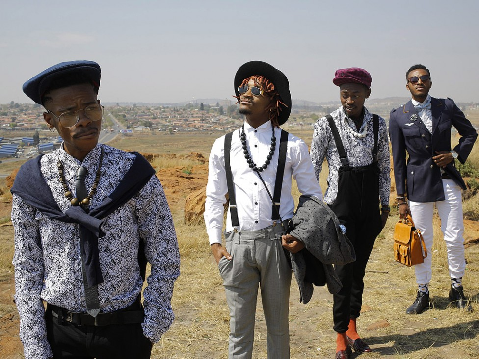- Модна тенденция на четирима млади дизайнери от комбиниране на дрехи, закупени от магазините втора употреба и по-евтините магазини за дрехи в моловете...