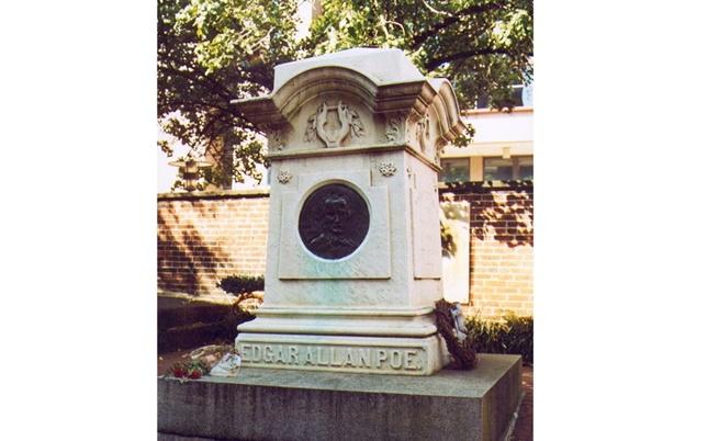 Тялото на Едгар Алън По лежи под този паметник в Балтимор от 1875 г.