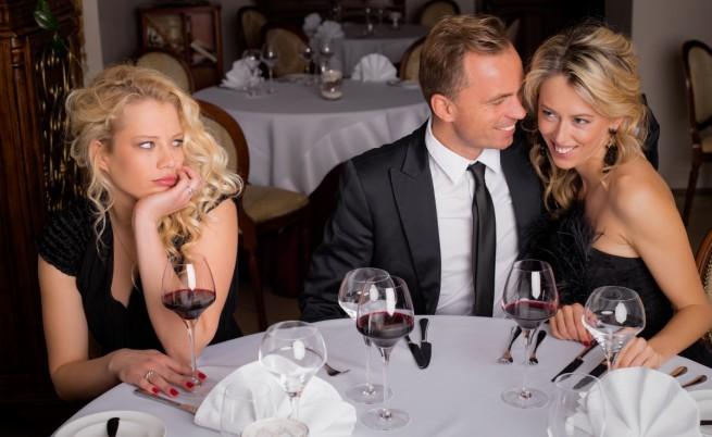 Двойка и необвързана жена на вечеря