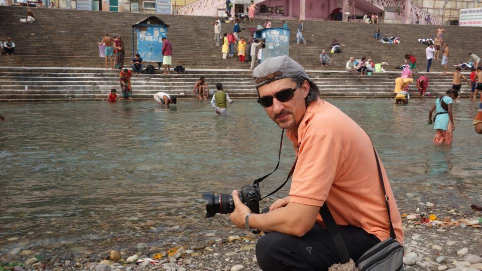 """Валери Белчински (един от създателите на """"Без багаж"""") на река Ганг, Индия"""