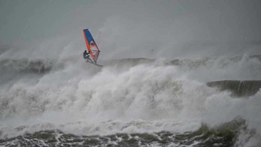 Да сърфираш в бурята