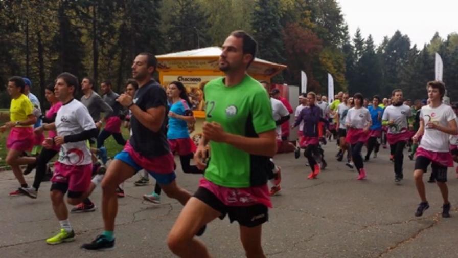 Близо 600 мъже и жени бягаха с розови поли в София