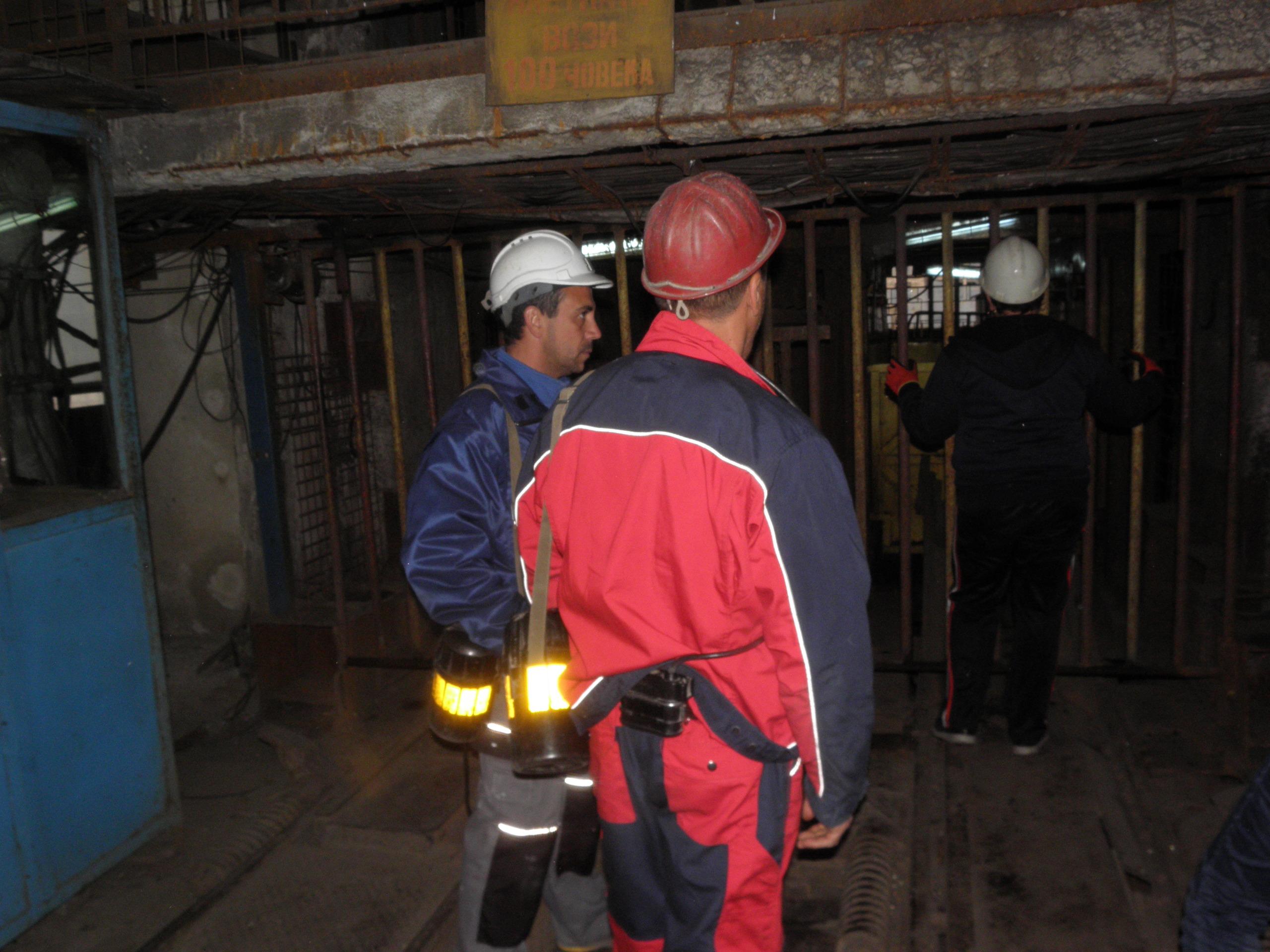 """Над 60 часа изкараха близо 140 миньори под земята на рудник """"Бабино"""" тази седмица. Техни колеги ги подкрепяха над земята и щурмуваха ръководството на мините."""
