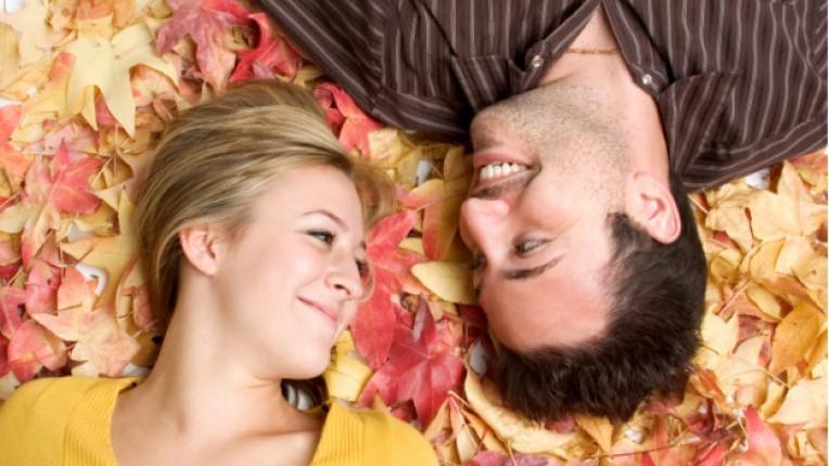 мъж жена листа есен връзка любов обич усмивка