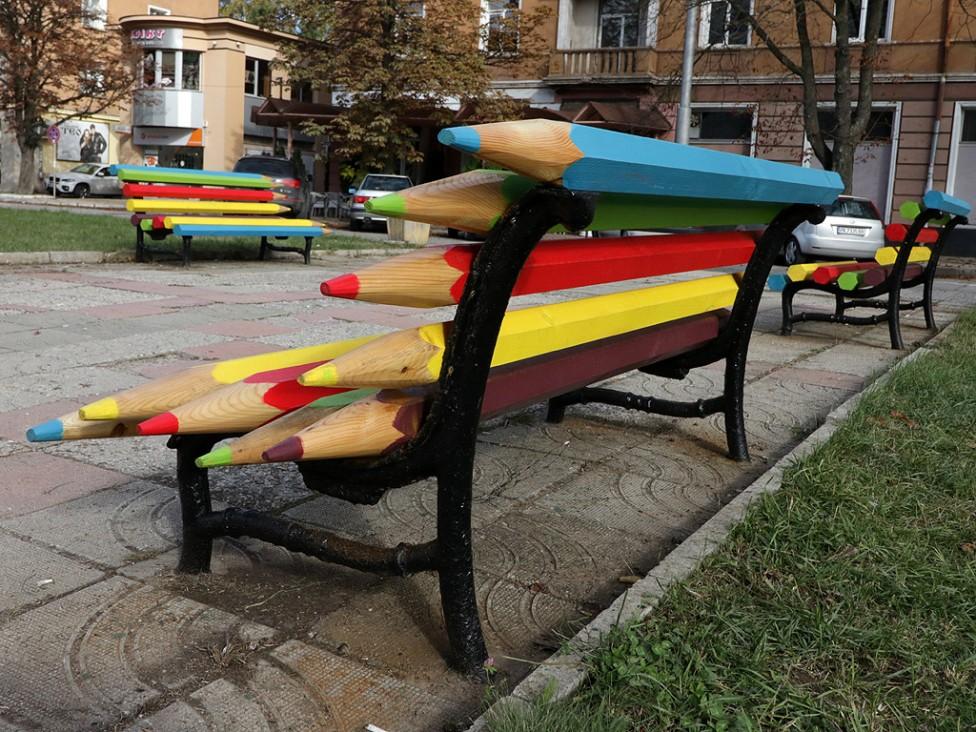 - Уникални пейки, подострени като цветни моливи поставиха пред Езиковата гимназия от община Перник