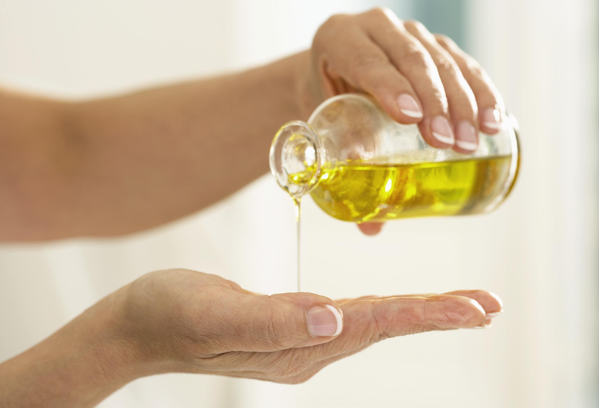 Арганово масло - Ако пък искате да имате меки и здрави кожички около ноктите или да заздравите ранички, използвайте познатото арганово масло или просто зехтин, който ще спомогне кожата да заздравее и да е мека.