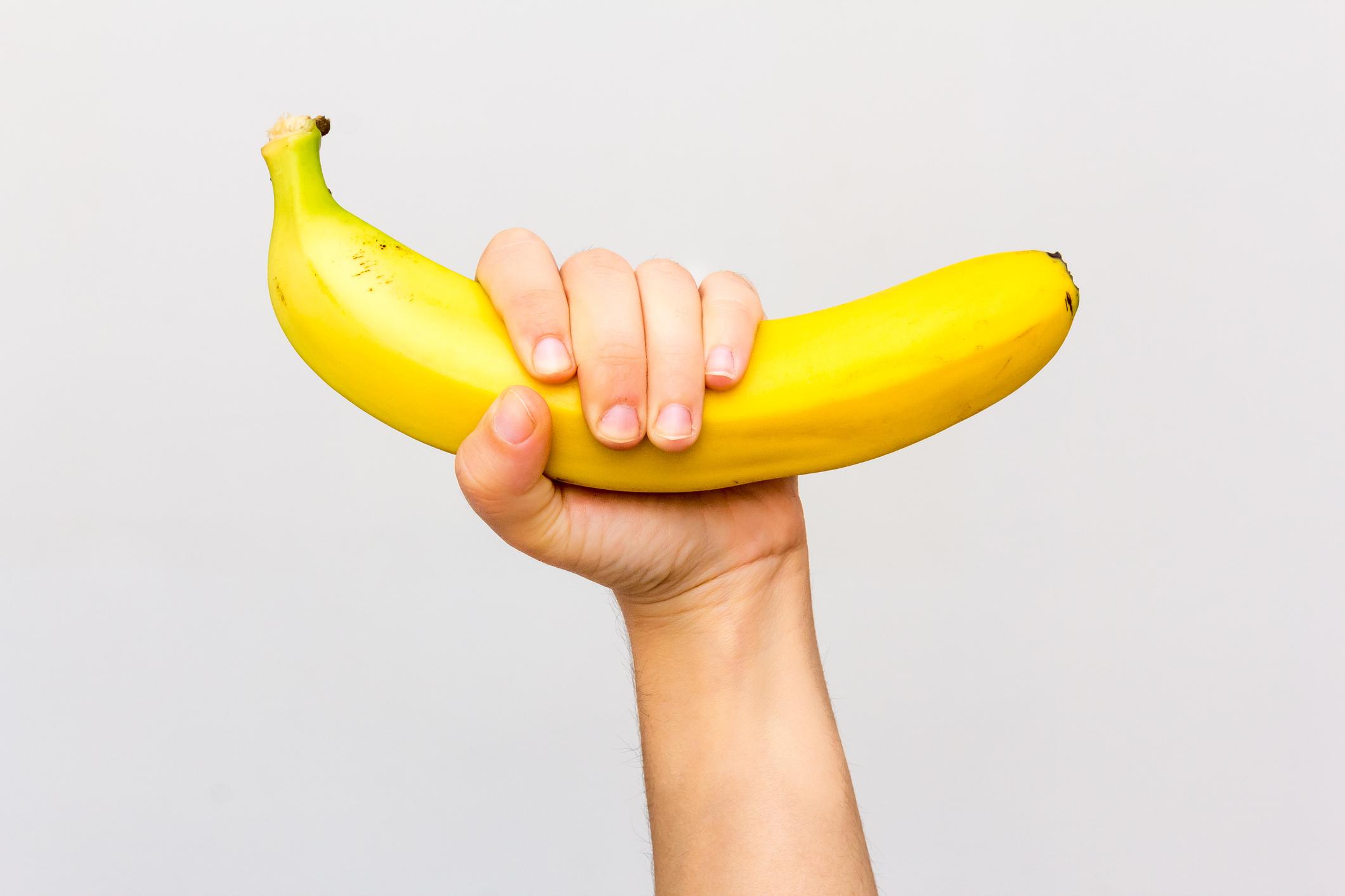 Храненето - Красотата винаги идва отвътре навън, затова за здрава кожа на ръцете и здрави нокти трябва да се храните с богати на различни витамини и минерали храни. Всички храни, богати на витамин А, сред които са зеленчуците с жълт и оранжев цвят, като морковите са добре дошли. За растежа на ноктите ви пък се запасявайте с Витамин Б, който се съдържа много в бананите, но и още в картофите и лещата например.