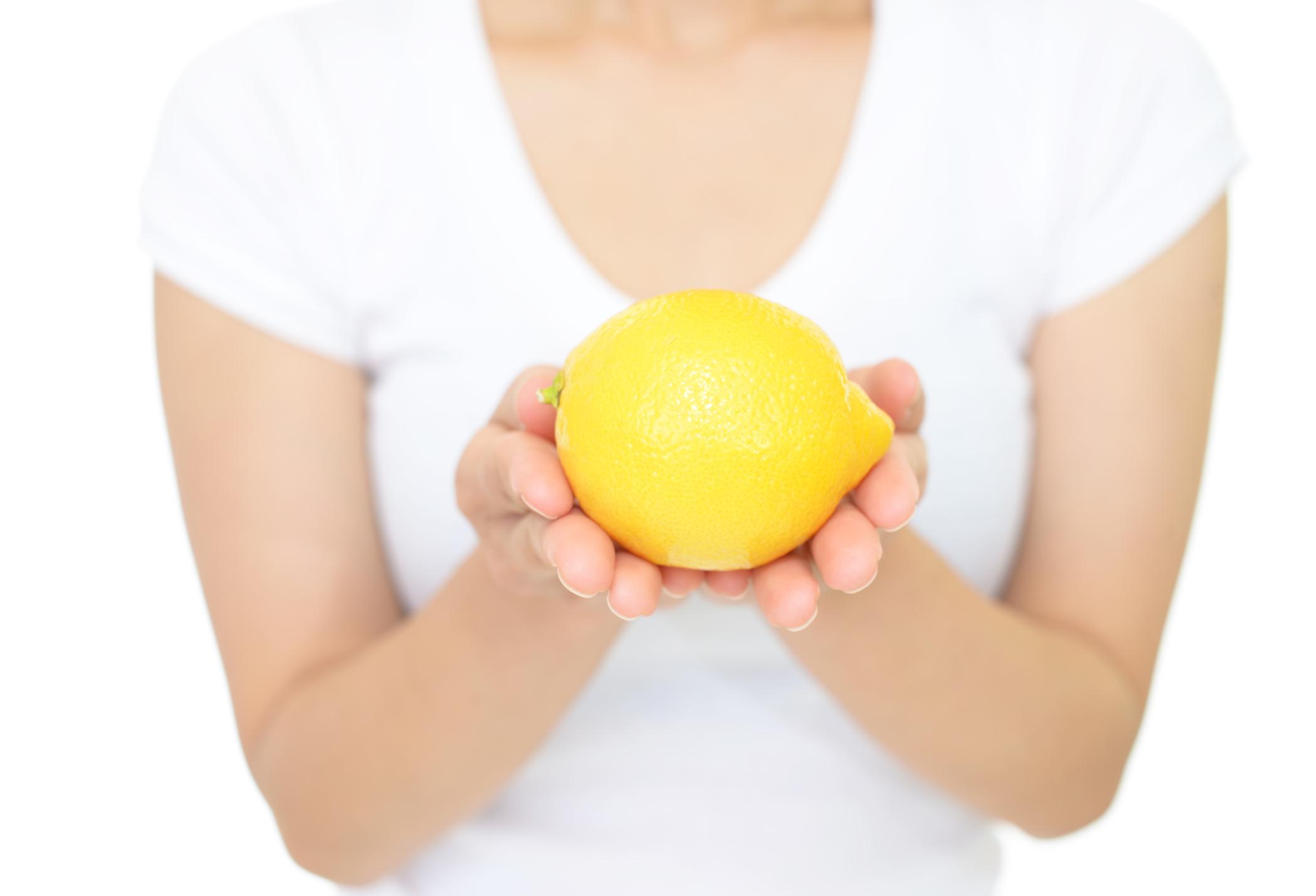 Цитрусови масла - Ако искате да се радвате на здрави нокътни плочки, има една хитрост как да го правите. Повечето професионални масла за нокти са с високо съдържание на масла от цитруси, които заздравяват и подхранват нокътните плочки. Домашен трик е просто да срежете един лимон на две, да вкарате пръсти в половинката и да постоите така 30-40 минути. Разбира се, трябва да сте без лак върху ноктите си.