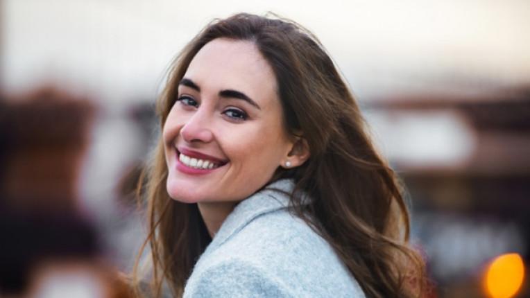жена усмивка