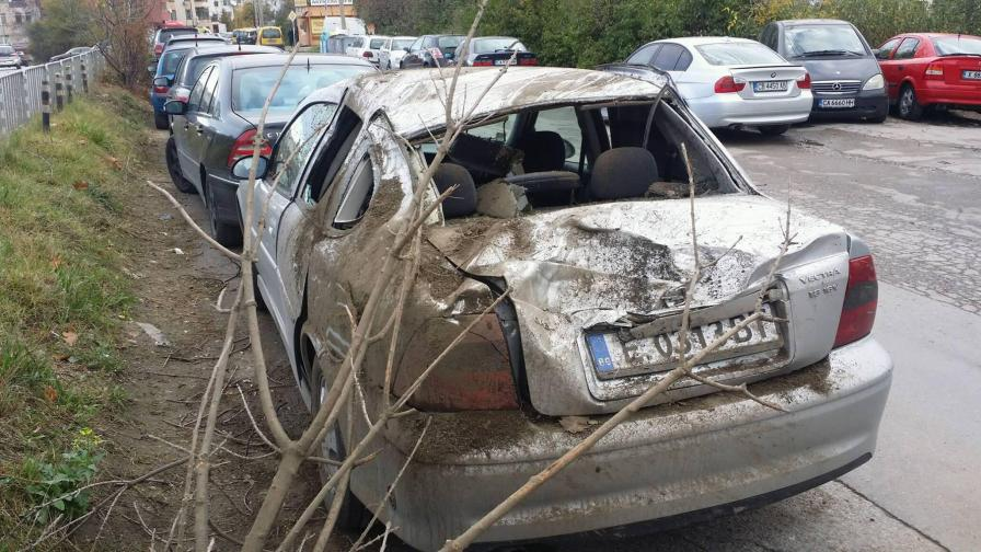 Кола лети и троши паркирани автомобили в София
