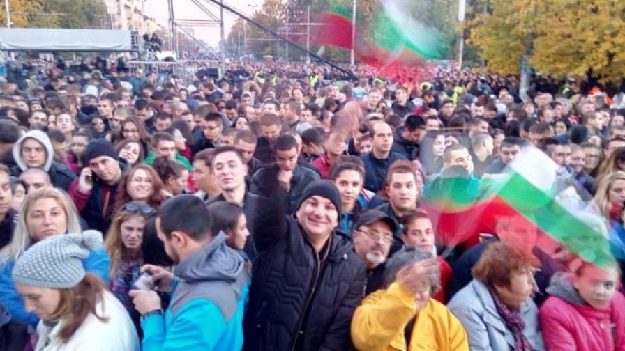 Започва концертът на Слави, улиците препълнени с хора