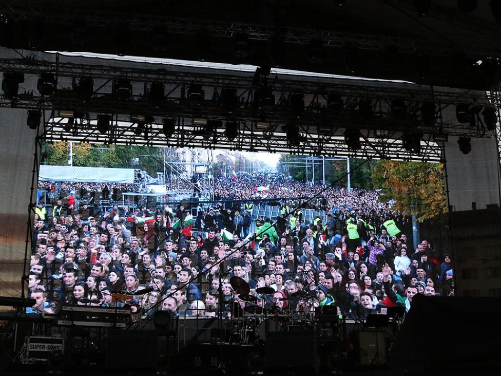 - Над 70 000 човека гледаха концерта на Слави Трифонов на Орлов мост. Повод за концерта е предстоящият референдум, който ще се състои заедно с...