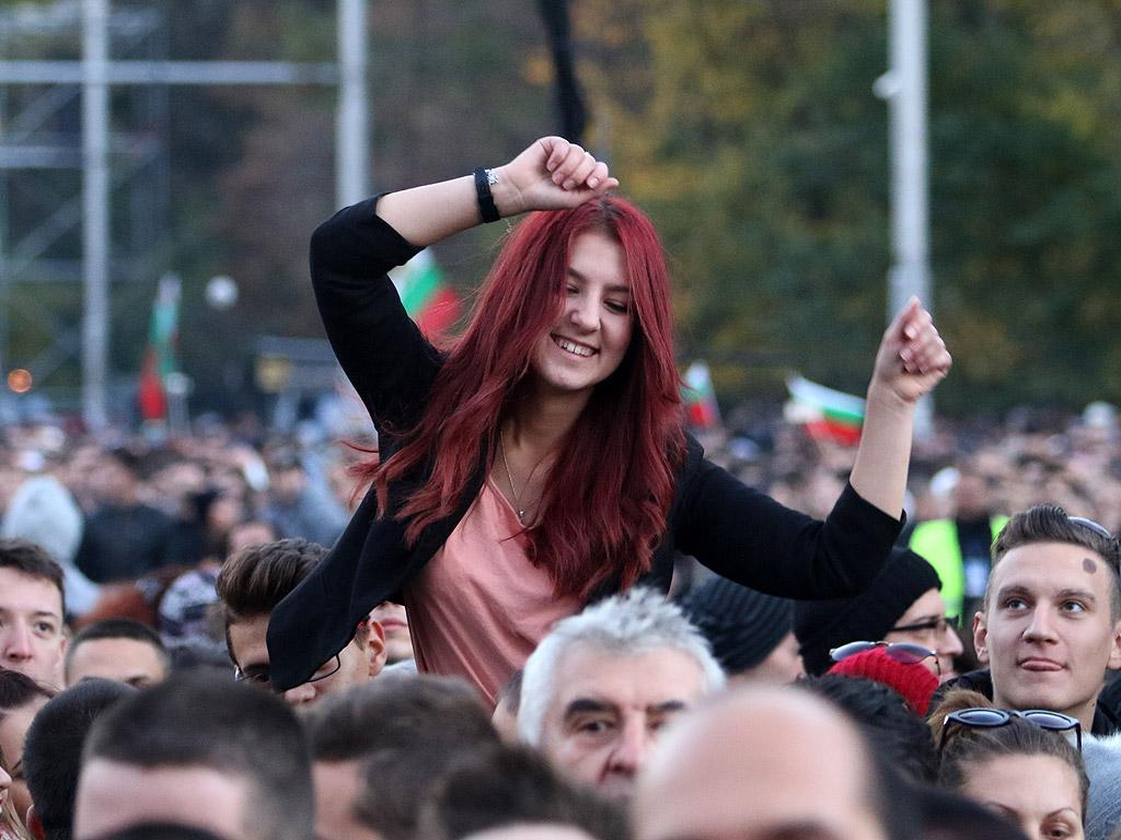 Над 70 000 човека гледаха концерта на Слави Трифонов на Орлов мост. Повод за концерта е предстоящият референдум, който ще се състои заедно с президентските избори другата седмица.