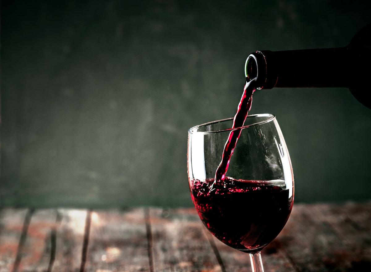 Първата хапка се слага на земята, а първата глътка вино се излива на земята.