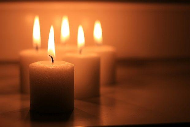 Огън - независимо дали ще бъде камина в дневната, или свещи - огънят създава усещане за романтика, близост и уют.