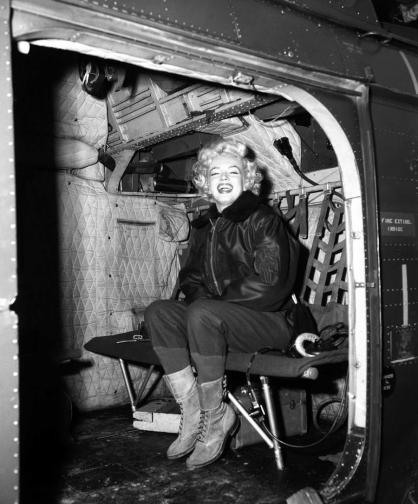 През февруари 1954 г. Мерилин Монро прекъсва медения си месец в Япония, за да отлети за Корея.